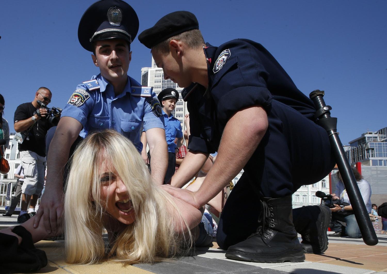 Topløse Kvinder Angriber Urobetjente Før Em Finalen I Ukraine