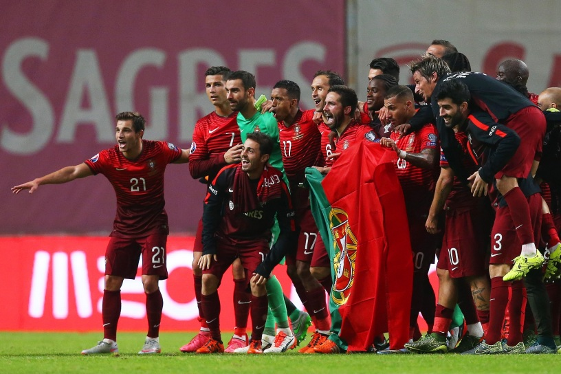 epa04969721 Portuguese players celebrate after the UEFA EURO 2016 qualifying group I soccer match between Portugal and Denmark in Braga, northern Portugal, 08 October 2015. Portugal won 1-0.  EPA/JOSE COELHO