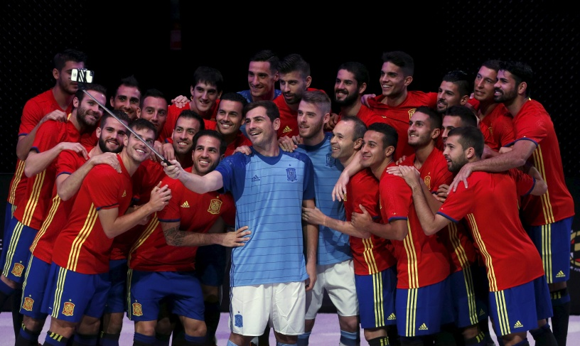 Spain's national soccer team players take a selfie wearing their new kit for the upcoming Euro 2016 during a presentation ceremony in Las Rozas, near Madrid, Spain, November 10, 2015. REUTERS/Juan Medina - RTS6D86