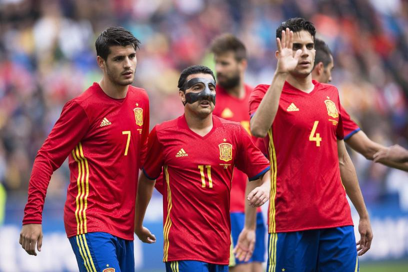 epa05340770 Spain's Alvaro Morata (L) celebrates with his teammates Pedro Rodriguez (C) and Marc Batra (R) after scoring a goal during the international friendly soccer match between Spain and South Korea in Salzburg, Austria, 01 June 2016. The Spanish national soccer team prepares for the upcoming UEFA EURO 2016 soccer championship in France.  EPA/ANDREAS SCHAAD